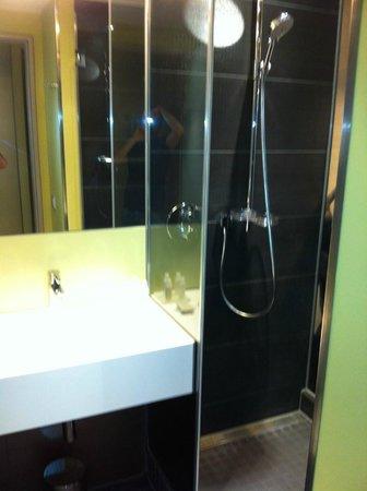 Hotel Indigo Berlin – Centre Alexanderplatz: bathroom