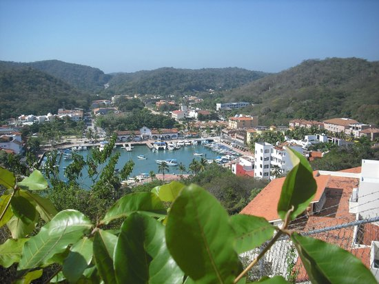 Binniguenda All Inclusive: A view on the village and harbour of Huatulco.