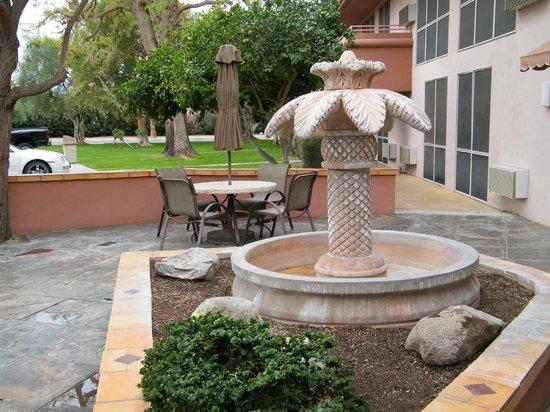 Best Western Date Tree Hotel : fountain
