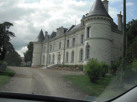 Lencloitre, Francia: driving into the chateau