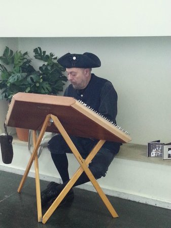 Independence Visitor Center: period musician  at the visitor center