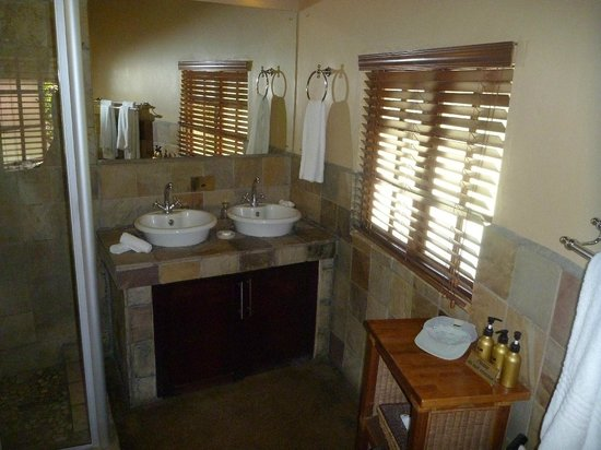 Elephant Plains Game Lodge: Das Bad (es gibt Dusche + Wanne) im Ronadavel