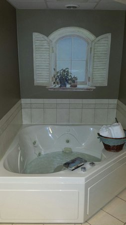 AmericInn Lodge & Suites Peoria : Whirlpool tub in the Wright Suite