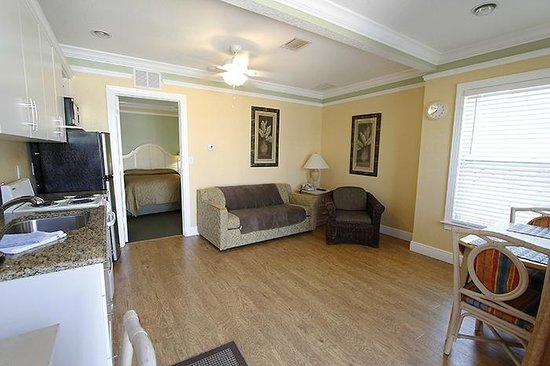 Suncoast Motel : Sitting area with kitchenette