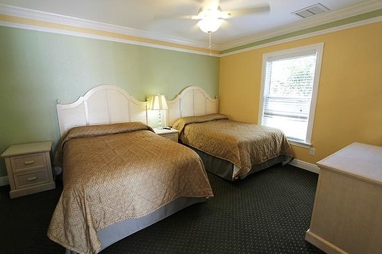 Suncoast Motel : Bedroom suite with 2 beds