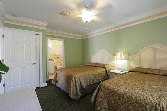 Suncoast Motel : Bedroom with onsuite full bath