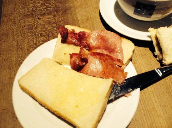 Cheap bacon roll sand which a la Loch Lomond Arms Hotel