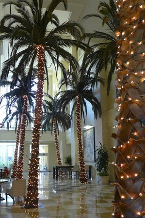 Tampa Marriott Waterside Hotel & Marina : Marriott Waterside lobby decorated for Christmas.