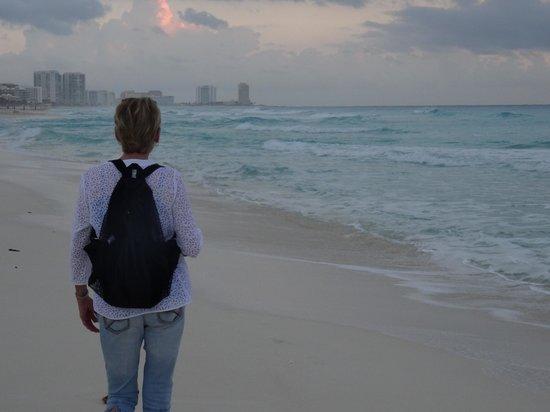 Live Aqua Cancun All Inclusive: Clean Beach Front