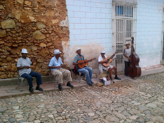 Hostal Rocaverde : Entertainment on the street.