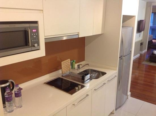 Phachara Suites: kitchen
