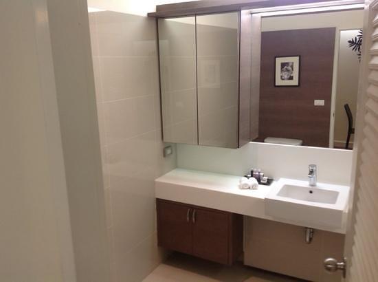 Phachara Suites: bathroom