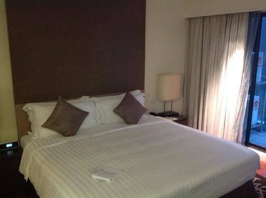 Phachara Suites: nice big bed
