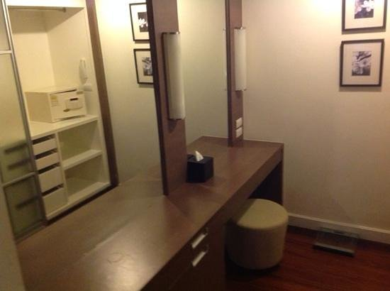 Phachara Suites: closet area