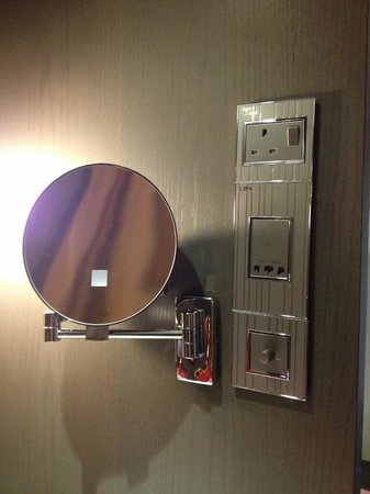 AMOY by Far East Hospitality: plenty of wall sockets in the room