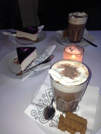 Cafe Norden: Cheesecake and hot chocolate