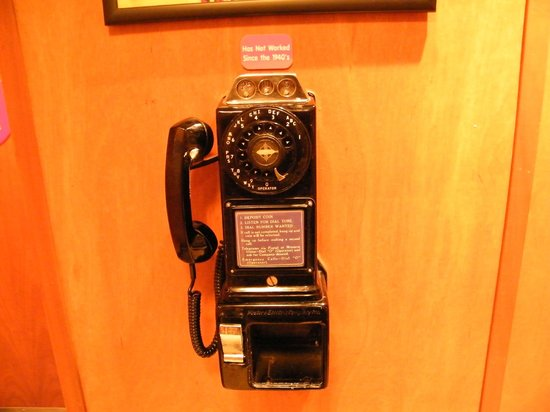 Ruby's Diner : old time phone