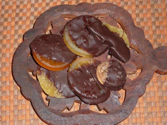 Il Forno Ossolano: Frutta (fette d'arancia, di limone, di ananas, fico secco) ricoperta di cioccolato fondente