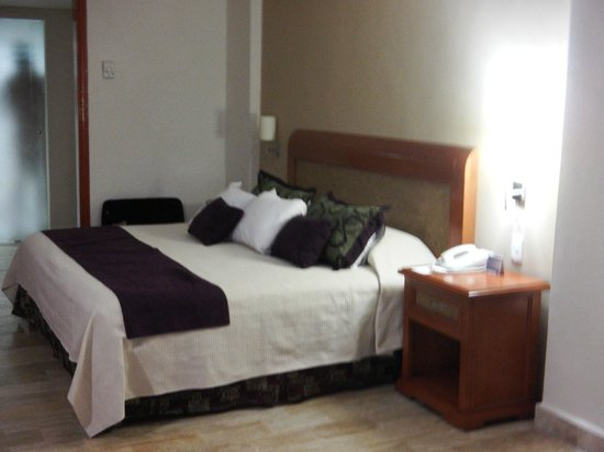 Golden Parnassus All Inclusive Resort & Spa Cancun: King size bed