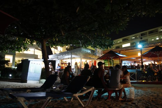 Coconut Court Beach Hotel: Beach bar