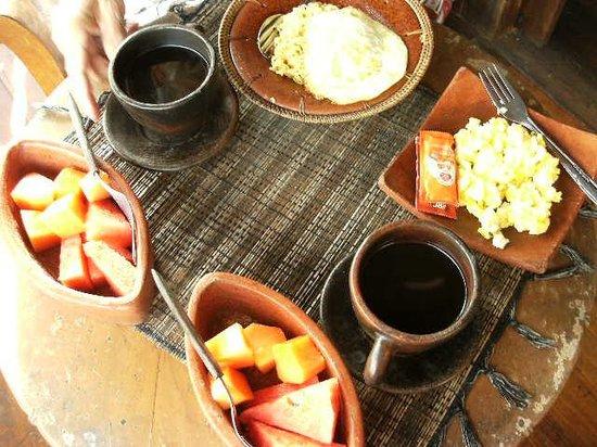 UMAH GRAN GUEST HOUSE : 朝食、食器にこだわりが
