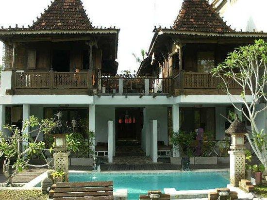 UMAH GRAN GUEST HOUSE : 裏から見たホテル