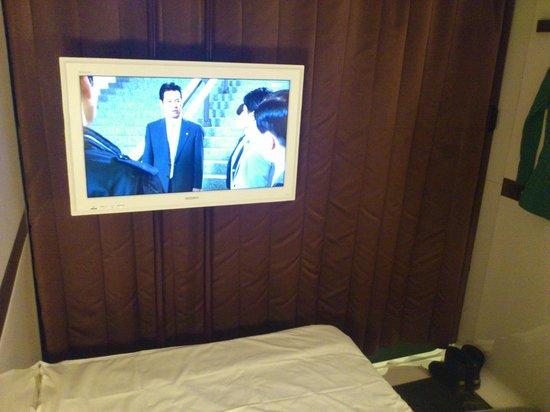 First Cabin Kyoto Karasuma: 電視頗大