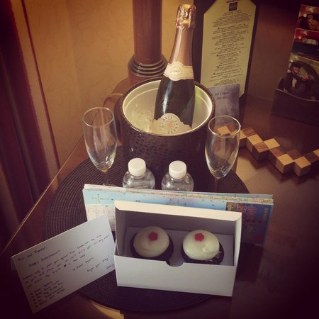 Serrano Hotel: Honeymoon surprise in our room!