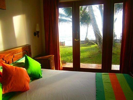 Azure Beach Villa: Azure Ocean - Beach view room