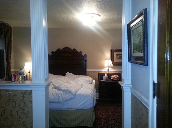 General Sutter Inn: View into king suite