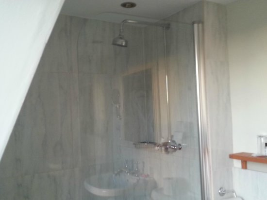 Queensberry Hotel : Bathroom, the glass is on a hinge.