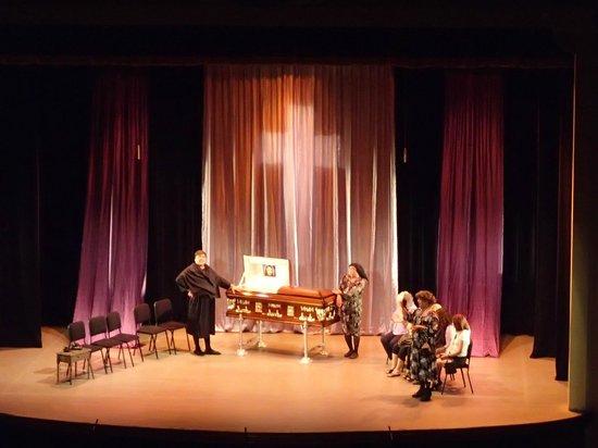 """Teatro Baralt: Escena de la obra teatral """"Señoras de Maracaibo en el Velorio de Eudomario"""""""