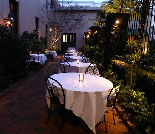 Planters Inn: Outdoor dining near courtyard