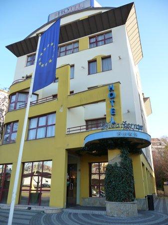 Hotel Mediterran: Hotel von vorne