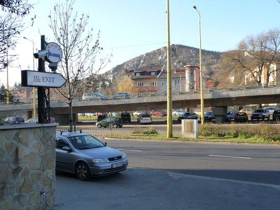 Hotel Mediterran: Strasse vor dem Hotel