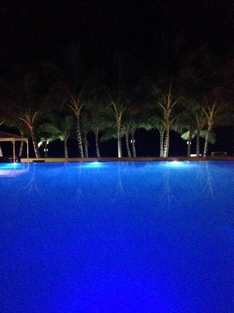 Millennium Resort & Spa: The infinity pool at night