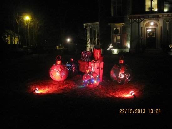 Landmark Inn : Christmas decorations on the front lawn