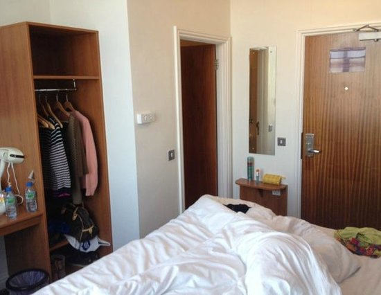 Premier Inn London Hammersmith Hotel: Very small room