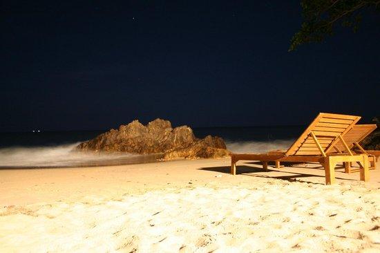 Narima Bungalow Resort: Beach at night