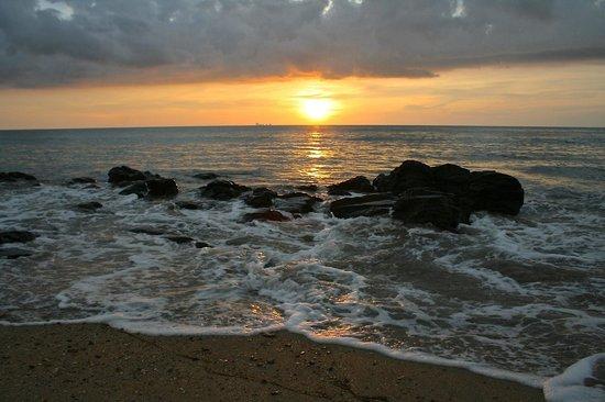 Narima Bungalow Resort : Beach sunset