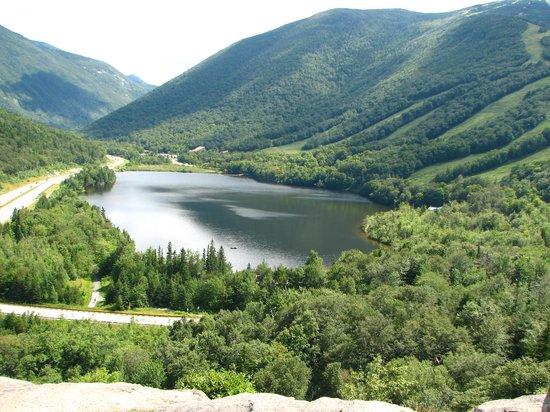 Franconia Notch : echo lake from artists bluff
