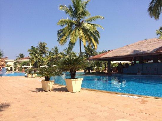 The Zuri White Sands Goa Resort & Casino: The pool bar