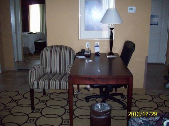 Hampton Inn & Suites Brunswick: Desk/work area