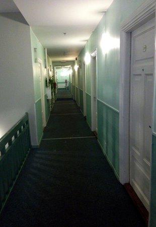 Economy Hotell: Corridor to bedrooms