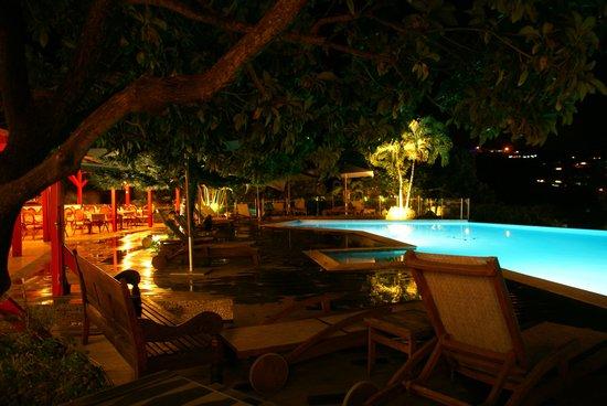 Le Rayon Vert : La piscine le soir