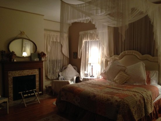 Taylor House Inn: Love Bedroom