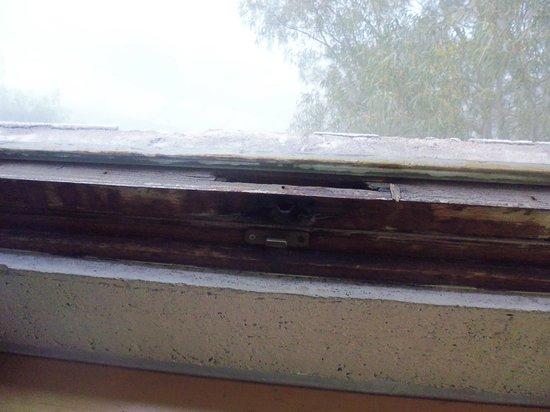 Delle Terme di Agnano : finestra senza maniglia
