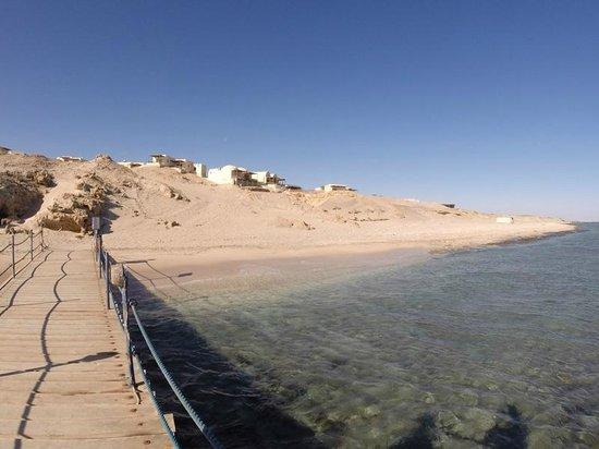 The Oasis : Blick vom Steg auf den Strand und einen Teil der Anlage