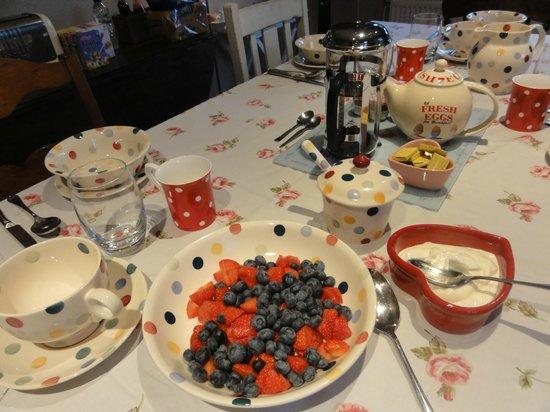 Blackbirds Cottage Bed & Breakfast: Breakfast table