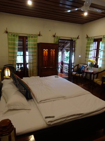 Mekong Riverview Hotel : Our room with magnificent bed